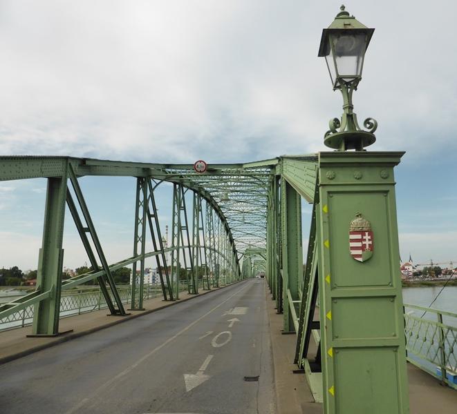 Midden op de brug in Komárno is de grens tussen Slowakije en Hongarije.