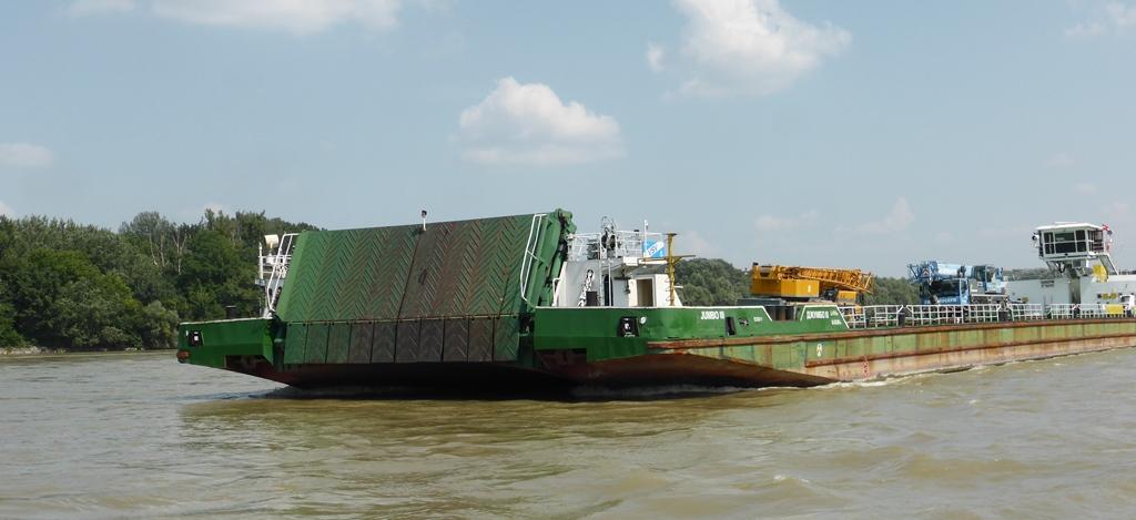 Komárno is aan beide zijden van de grens een belangrijke Donauhaven. Hier komen veel binnenschepen laden en lossen.