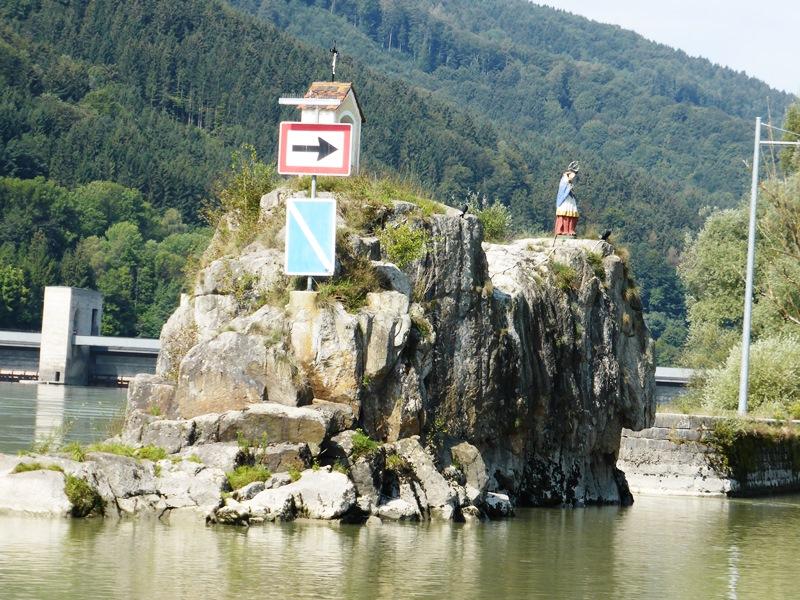 Jochenstein is een klein rotseiland vlakbij Passau en de eerste Oostenrijkse sluis