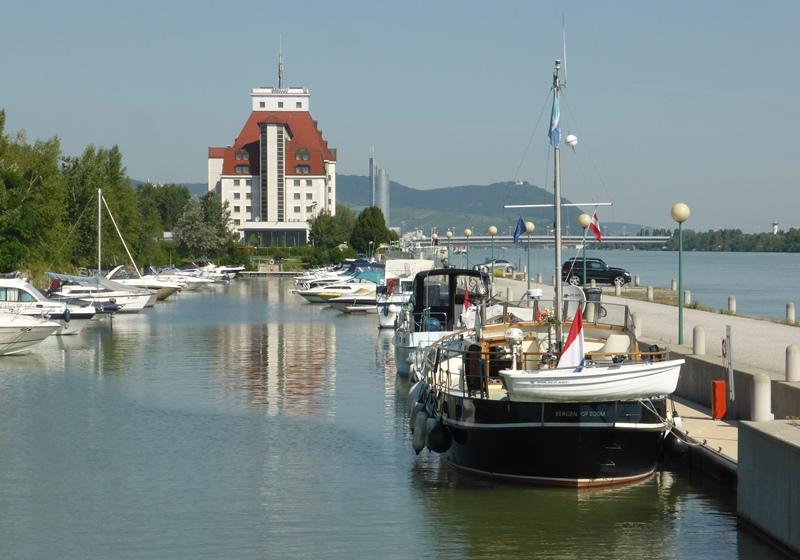 We bezochten Wenen. De marina ligt dichtbij de stad.